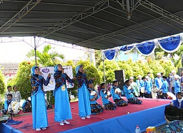 Salah satu kelompok peserta Festival Santri Indonesia (FASI) VI mengikuti kompetisi kasidah di Asrama Haji Donohudan, Boyolali, Sabtu (17/12/2016). (Aries Susanto/JIBI/Solopos)