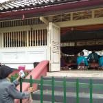 Warga menikmati Gamelan Kanjeng Kyai Guntur Madu dan Kanjeng Kyai Naga di Pagongan Kidul Masjid Gedhe Kauman Jogja. (Holy Kartika N.S/JIBI/Harian Jogja)