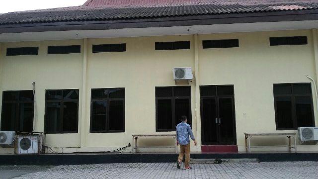 Seorang penyidik KPK berjalan masuk ke Gedung Bhara Makota, Madiun, yang menjadi lokasi pemeriksaan saksi kasus dugaan gratifikasi Wali Kota Madiun, Selasa (20/12/2016). (Abdul Jalil/JIBI/Madiunpos.com)