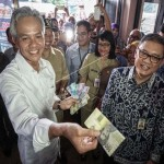 UANG BARU : Kenalkan 11 Pecahan Rupiah Baru, Ganjar Blusukan di Pasar Banyumas