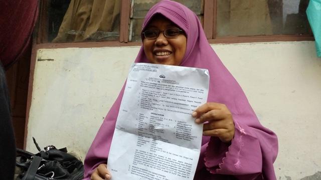 Erma Sriharjani, 35, menunjukkan surat penangkapan suaminya, Endro Sudarsono, dalam kasus pengrusakan dan pengeroyokan di Resto Social Kitchen, Selasa (20/12/2016). (Muhammad Ismail/JIBI/Solopos)