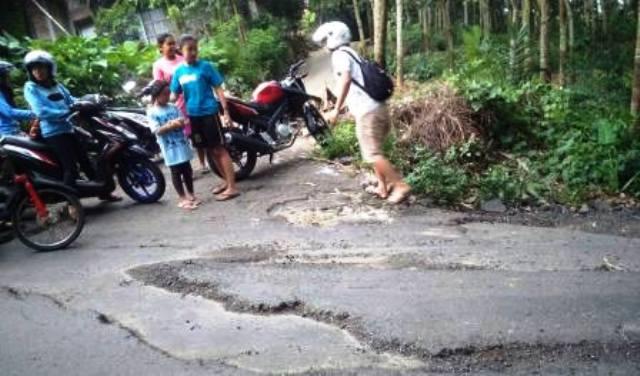 Kecelakaan disebabkan jalan rusak di Kampung Batur, Kelurahan Kauman Kidul, Kecamatan Sidorejo, Kota Salatiga, Jateng, Minggu (18/12/2016) sore. (Facebook.com-Tactac Cool)