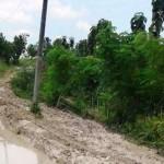 Jalur jalan yang lebih mirip kubangan lumpur di Desa Suwatu, Kecamatan Gabus, Kabupaten Grobogan, Jateng. (Facebook.com- Hendry Setyawan)