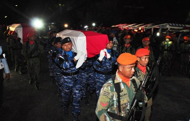 Prajurit TNI AU menggotong peti jenazah korban kecelakaan pesawat Hercules A-1334 untuk disemayamkan di Hanggar Skadron 32 Lanud Abdulrahman Saleh, Malang, Jawa Timur, Minggu (18/12/2016) malam. Kecelakaan pesawat milik TNI AU di Wamena Papua tersebut menewaskan 12 kru dan satu orang penumpang. (JIBI/Solopos/Antara/Renny K.)