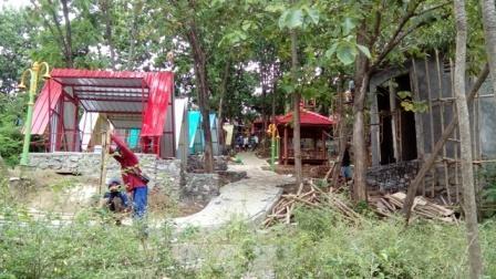 Sejumlah pekerja menyelesaikan pembangunan Kampung Galau di kompleks OW WGM, Wonogiri, Rabu (21/12/2016). (Bayu Jatmiko Adi/JIBI/Solopos)