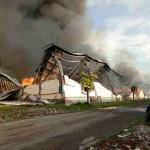 Kondisi gudang tekstil milik PT Delta Merlin Sandang Textile (DMST) I di Tunjungan, Sambungmacan, Sragen, yang terbakar hebat, Rabu (21/12/2016) sore. (Moh. Khodiq Duhri/JIBI/Solopos)