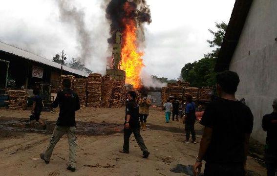 Api dan asap mengepul dari bangunan pabrik oven kayu di PT Abiyoso di Desa Ngargorejo, Kecamatan Ampel, Boyolali, Senin (26/12/2016). (JIBI/Solopos/Istimewa)