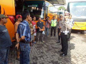 Sejumlah sopir bus di Kota Kediri mendengarkan sosialisasi mengenai klakson telolet dari Kasatlantas Polres Kediri Kota. (Madiunpos.com/JIBI/polreskedirikota.com)