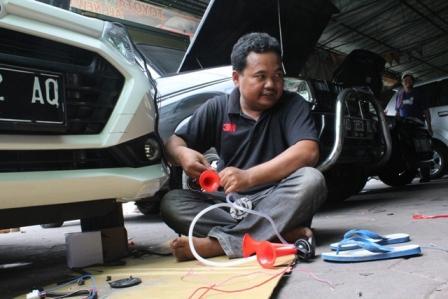 Seorang karyawan bengkel merangkai klakson multinada yang belakangan menjadi tren dengan bunyi telolet di bengkel Formula Jaya, Klaten, Senin (26/12/2016). (Taufiq Sidik Prakoso/JIBI/Solopos)