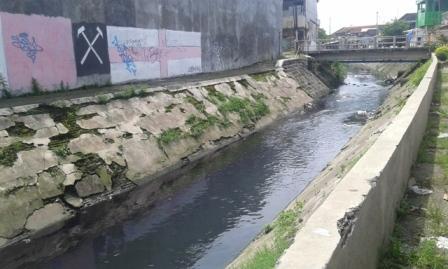 Kondisi air Kali Jenes di wilayah Kelurahan Pasar Kliwon yang berwarna akibat tercampur limbah produksi batik, Rabu (21/12/2016). (Irawan Sapto Adhi/JIBI/Solopos)