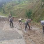 LONGSOR KARANGANYAR : Tebing di Tawangmangu Longsor, Jalur Karanganyar-Magetan Ditutup