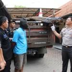 Kapolres Karanganyar, AKBP Ade Safri Simanjuntak, menunjukkan barang bukti dan tersangka kasus pencurian besi dan truk di Mapolres Karanganyar, Rabu (21/12/2016). (Sri Sumi Handayani/JIBI/Solopos)