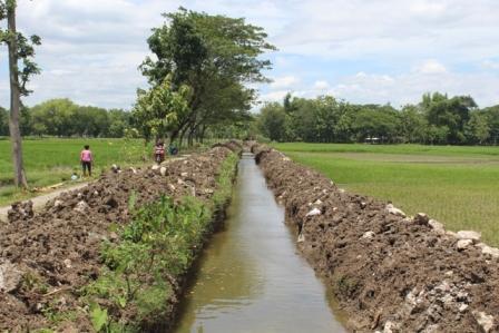 Tanah menumpuk di tepi saluran saluran irigasi di Desa Tegalrejo, Kecamatan Bayat, Klaten, yang dinormalkan dua pekan terakhir. Foto diambil Kamis (22/12/2016). (Taufiq Sidik Prakoso/JIBI/Solopos)
