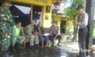 Tim gabungan menemui pemilik rumah indekos di Desa Kaligentong, Kecamatan Ampel, saat operasi antisipasi gangguan kamtibmas, Jumat (23/12/2016). (Hijriyah Al Wakhidah/JIBI/Solopos)