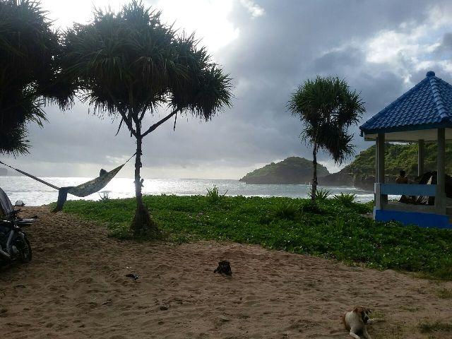 Wisatawan menikmati keindahan Pantai Srau, Minggu (25/12/2016) pagi. (Abdul Jalil/JIBI/Madiunpos.com)