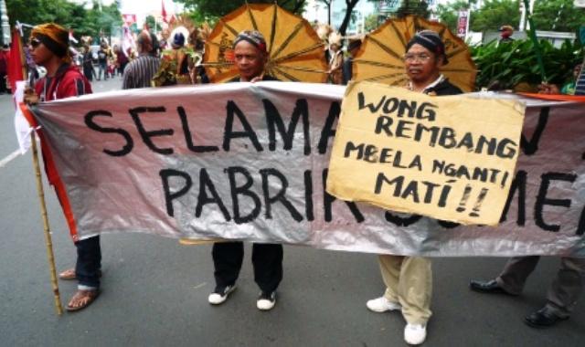 Orang-orang yang mengaku sebagai warga Kabupaten Rembang pendukung pembangunan pabrik semen membentangkan spanduk dan poster saat berunjuk rasa di Semarang, Jawa Tengah, Selasa (27/12/2016). (JIBI/Solopos/Antara/R. Rekotomo)