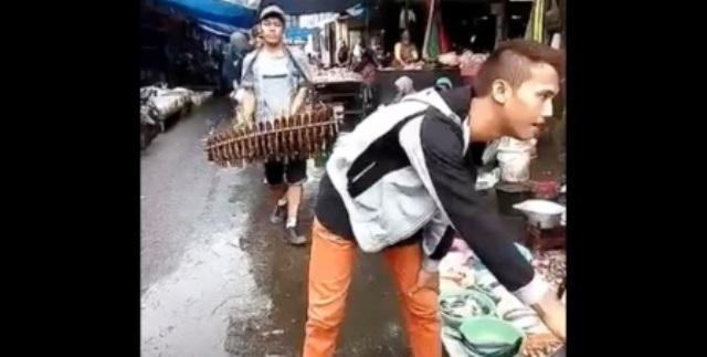 Pengamen yang menggunakan alat musik tradisional Jawa Barat, calung, di Pasar Bandarjo, Jl. Gatot Subroto, Bandarjo, Ungaran Barat, Kabupaten Semarang, Jateng, Selasa (27/12/2016) pagi. (Facebook.com-Tatux Ali Sadikin)