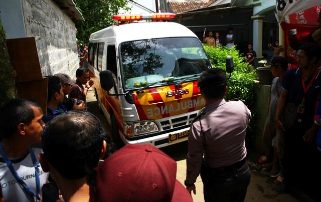 Mobil jenazah memasuki tempat kejadian perkara (TKP) penggerebekan dan penembakan terduga teroris di Setu, Tangerang Selatan, Banten, Rabu (21/12/2016). (JIBI/Solopos/Antara/Muhammad iqbal)