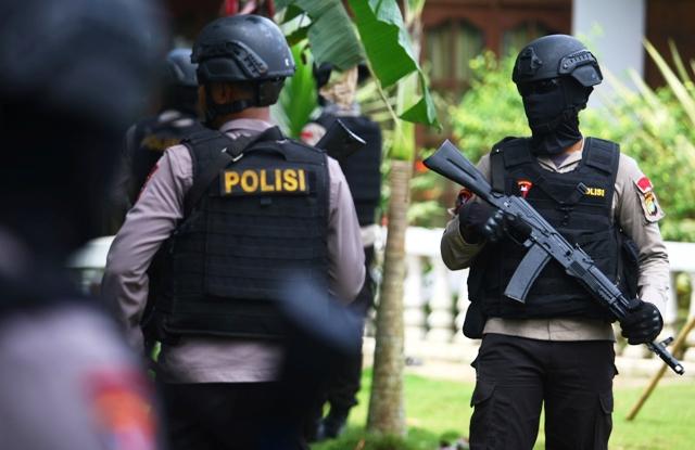 Anggota Brimob Polda Metro Jaya menjaga lokasi penggerebekan dan penembakan terduga teroris di Setu, Tangerang Selatan, Banten, Rabu (21/12/2016). (JIBI/Solopos/Antara/Muhammad iqbal)