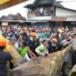 Warga mengadang alat berat saat penggusuran permukiman liar di lahan bekas Stasiun Purwodadi, Grobogan, Jateng, Kamis (22/12/2016). (JIBI/Solopos/Antara/Yusuf Nugroho)
