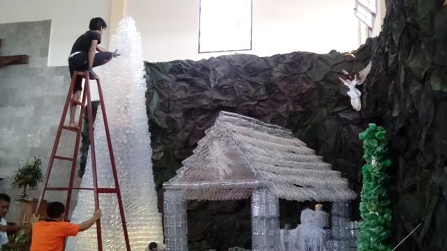 Beberapa orang membuat dekorasi Natal di Gereja St. Yohanes Rasul, Wonogiri, dengan barang bekas, Kamis (22/12/2016). (Bayu Jatmiko Adi/JIBI/Solopos)