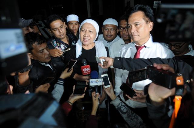 Ratna Sarumpaet (tengah) didampingi Yusril Ihza Mahendra (kanan) memberi keterangan pada wartawan seusai menjalani pemeriksaan terkait kasus dugaan makar di Mako Brimob Kelapa Dua, Depok, Jawa Barat, Sabtu (3/12/2016) dinihari.  (JIBI/Solopos/Antara/Indrianto Eko Suwarso)