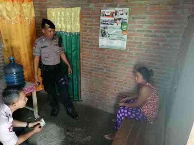 Polisi menanyai wanita yang dicurigai sebagai pekerja seks komersial (PSK) di kawasan Objek Wisata Religi Gunung Kemukus saat razia, Rabu (28/12/2016). (Moh. Khodiq Duhri/JIBI/Solopos)