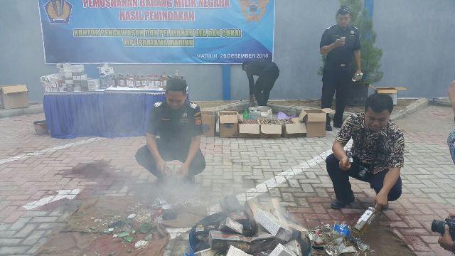 Petugas Kantor Pengawasan dan Pelayanan Bea dan Cukai Tipe Pratama Madiun memusnahkan 35.830 batang rokok ilegal, Kamis (29/12/2016). (Abdul Jalil/JIBI/Madiunpos.com)