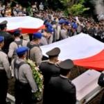 FOTO PESAWAT HILANG : Syahdu Pemakaman Korban Skytruck