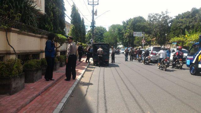 Tim Polda Jateng mengecek mobil pikap yang diparkir di samping Gereja St. Petrus Gendengan, Solo, Jumat (23/12/2016). (Muhammad Ismail/JIBI/Solopos)