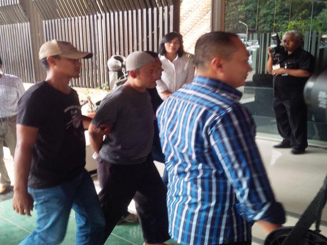 Salah seorang tersangka sweeping di Social Kitchen (kedua dari kiri) saat digelandang aparat polisi ke Mapolda Jateng, Selasa (27/12/2016). (JIBI/Semarangpos.com/Imam Yuda Saputra)