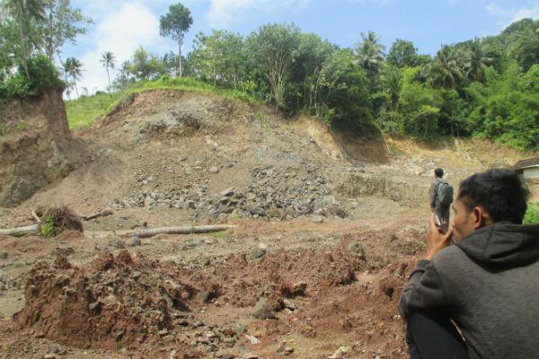 Bukit yang telah dikeruk dengan mengunakan alat berat di lokasi tambang Dusun Grorol VII, Desa Parangtritis, Kecamatan Kretek, Bantul, Senin (19/12/2016). (JIBI/Irwan A. Syambudi)