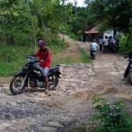 Pengguna jalan melintas di jalan Dusun Plosorejo, Desa Plosorejo, Kecamatan Kerjo, Karanganyar, yang mengalami pergerakan tanah sejak awal Desember 2016. Foto diambil pekan lalu. (Kurniawan/JIBI/Solopos)