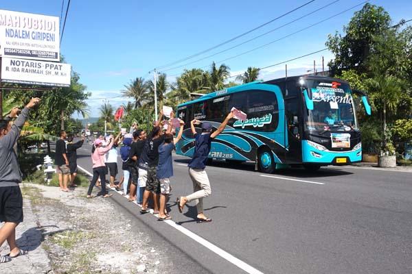 Fenomena bus telolet juga merambah pada sejumlah anak di Kulonprogo. Ruas jalan nasional yang ramai dilalui bus AKAP jadi lokasi strategis bagi anak-anak ini, Kamis (22/12/2016). (Sekar Langit Nariswari/JIBI/Harian Jogja)