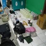 Petugas menemukan sejumlah barang bukti di kamar indekos terduga teroris berinisial KF, 22, di Kartasura, Sukoharjo, Senin (12/12/2016). (Iskandar/JIBI/Solopos)