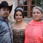 Remaja asal Meksiko (tengah) menyebar undangan yang menjadi viral di Youtube. (Istimewa)