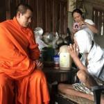 Seorang biksu membantu warga yang mengalami kanker getah bening (Exclusivepix Media)