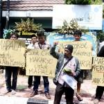 MAHASISWA UII TEWAS : Makaryo Tabur Bunga di Depan Unisi
