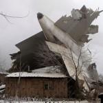 Kondisi pesawat kargo Turki yang jatuh di Kyrgystan, Senin (16/1/2017). (JIBI/Reuters/Vladimir Pirogov)