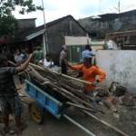 Sukarelawan BPBD Solo dibantu warga membongkar rumah milik Kartiman Wignyodiharjo di Gandekan, Jebres, Solo, Selasa (17/1/2017). (Nicolous Irawan/JIBI/Solopos)