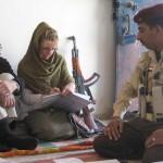 Geoff Hann (Kiri) bersama satu klien dan polisi merencanakan perjalanan saat di Irak (Mirror)