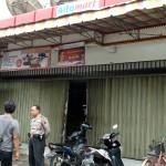 Anggota Polsek Banjarsari memintai keterangan pemilik Alfamart Jl. Adisoemarmo Banyuanyar, Solo, terkait kasus pencurian, Kamis (25/1/2017). (M. Ismail/JIBI/Solopos)