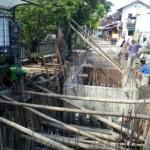 Warga Kampung Kandang Doro, Kestalan, Banjarsari, bergotong royong membangun IPAL komunal, Selasa (10/1/2017). (Muhammad Ismail/JIBI/Solopos)