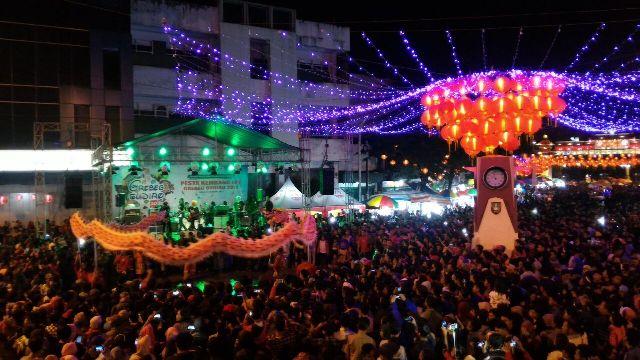 Tarian Liong menghibur detik-detik pesta kembang api menyambut tahun baru Imlek, Jumat (27/1/2017) malam di Pasar Gede Solo. (M Ferri Setiawan/JIBI/Solopos)