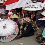 FOTO PABRIK SEMEN PATI : Izin Dicabut, Demo Jalan Terus…