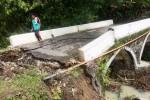 INFRASTRUKTUR GUNUNGKIDUL : Jembatan Pangkah Putus Diterjang Banjir