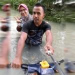VIDEO UNIK : Pria Ini Modifikasi Sepeda Motor Buat Terjang Banjir