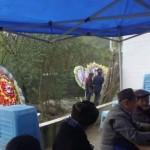 Keluarga dan tetangga berkumpul sebelum pemakaman (Asiawire)