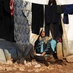 Seorang wanita korban perang Aleppo mencuci pakaian di pengungsian Bab Al-Salam dekat perbatasan Turki, Provinsi Aleppo Utara (JIBI/Reuters/Khalil Ashawi)