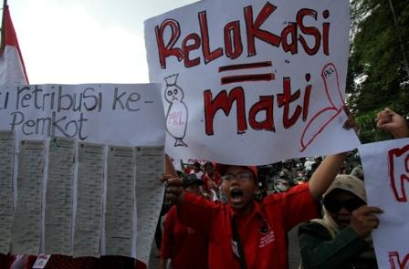 Paguyuban Pedagang Kaki Lima (PKL) Jl. Kolonel Sutarto berunjuk rasa sekaligus long march dari Gladag menuju Balai Kota (Balkot), Solo, Rabu (11/1/2017). (M. Ferri Setiawan/JIBI/Solopos)